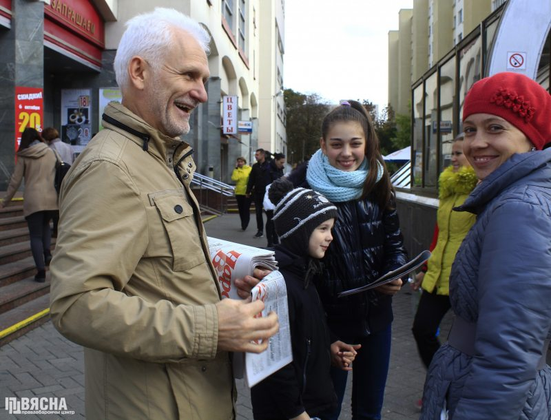 Viasna chairperson Ales Bialiatski giving out free copies of the Narodnaja Volia newspaper as part of the Week against the Death Penalty in Minsk. October 5, 2018