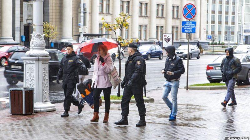 Затрыманне Вольгі Нікалайчык пасля акцыі 21 кастрычніка. Фота: