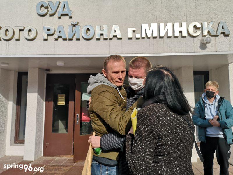 Даниил Никитин (в центре) с родителями после приговора