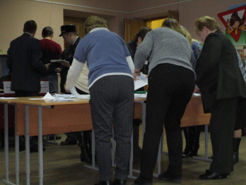 Комиссия избирательного участка №4 Железнодорожного района Витебска в стандартных позах.
