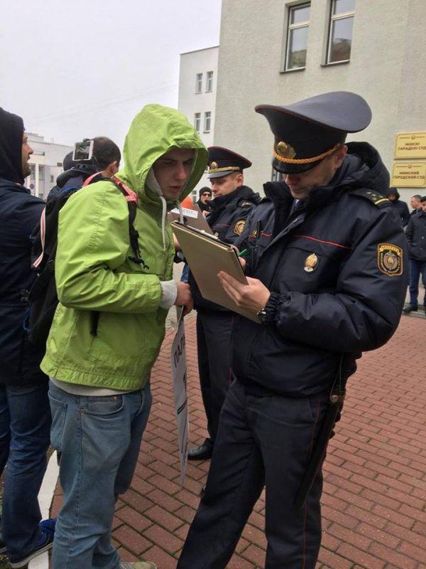 Супрацоўнік міліцыі складае пратаколы на ўдзельнікаў акцыі ў падтрымку Э. Пальчыса.
