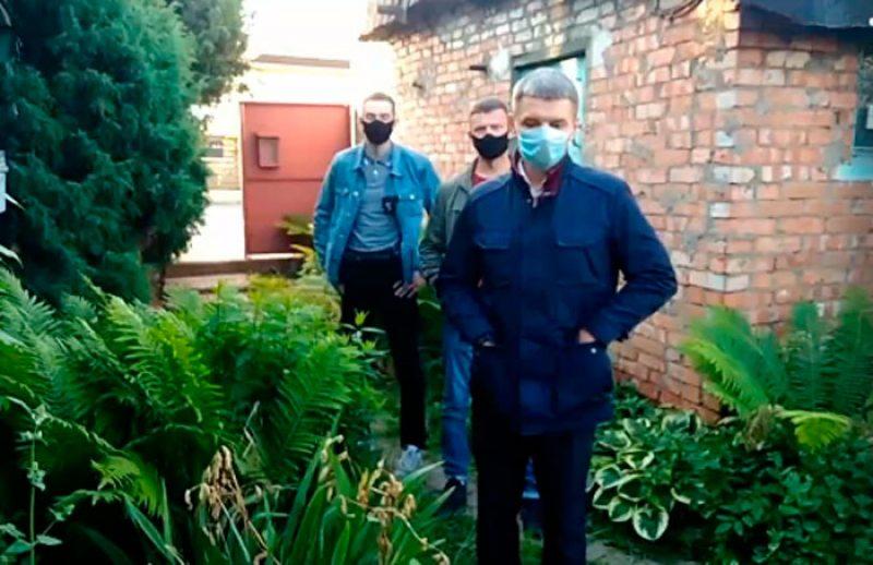 Сотрудники милиции на дворе дома, где проживает Дмитрий Полиенко. Скриншот из видеострима.