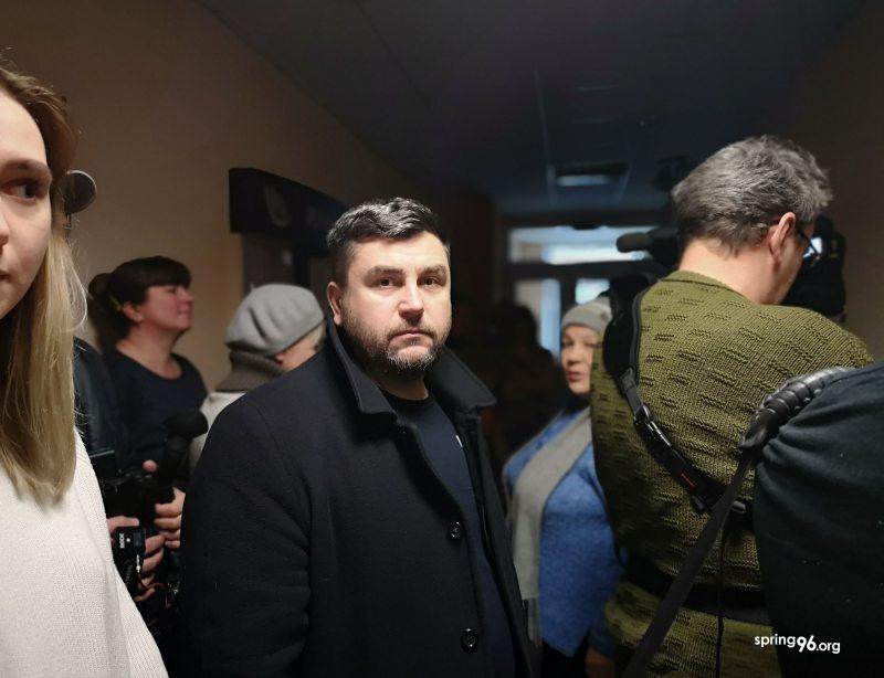 Андрэй Палуда перад судовым паседжаннем у Чэрыкаве