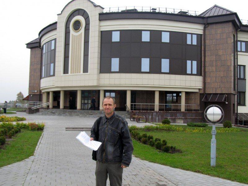 Павел Севасцьян каля будынку Слонімскага суда