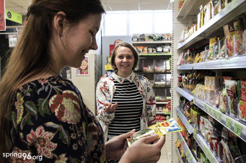 Волонтеры выбирают продукты политзаключенным. Фото: spring96.org