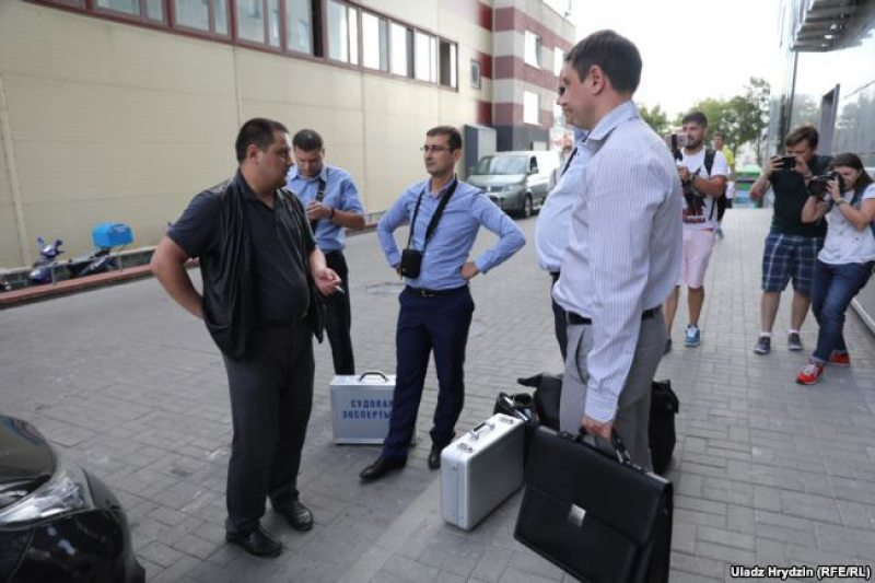 Investigative Committee staff sieze equipment from tut.by office in Minsk. August 7, 2018. Photo: Uladz Hrydzin