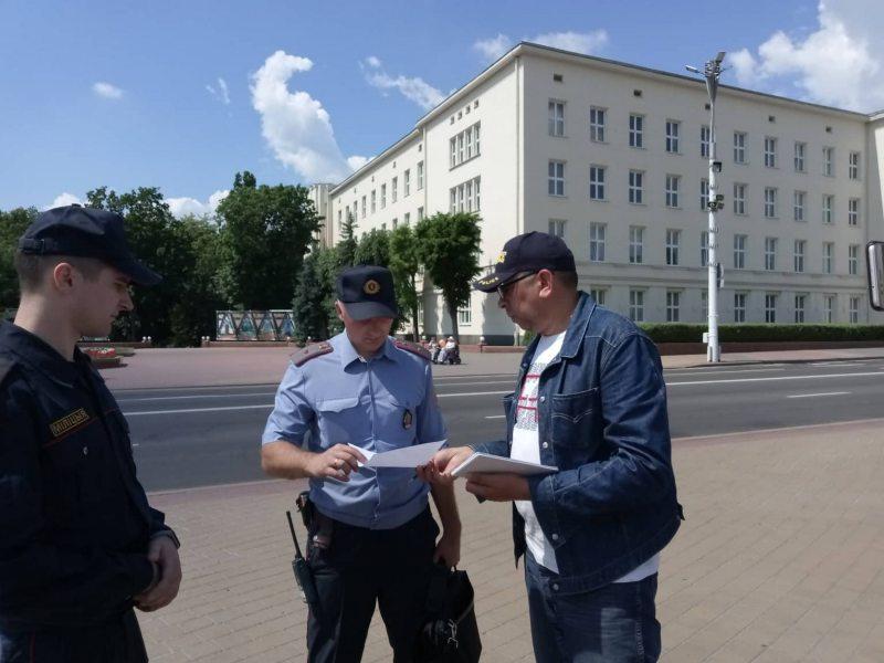 Сяргей Пятрухін спрабуе ўручыць заяву супрацоўнікам міліцыі. Фота Уладзіміра Вялічкіна.