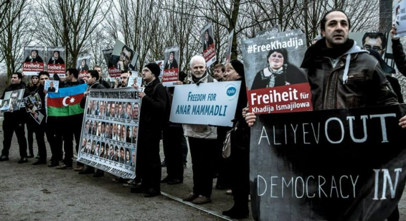 Ales Bialiatski in a picket in support of political prisoners in Azerbaijan on the occasion of Azerbaijani President Ilham Aliyev's visit to Berlin. January 2015 / © Franziska Senkel