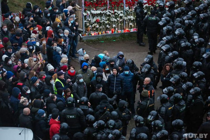Riot police confront protesters near the grassroots memorial to Raman Bandarenka. November 15, 2020. Most of them were eventually detained, while several dozen were forced to find shelter in the neighboring apartment buildings. Photo: tut.by