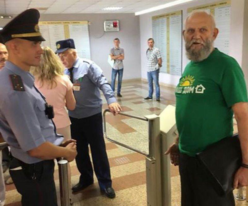 Валерий Щукин прорывается в суд. Фото: ПЦ