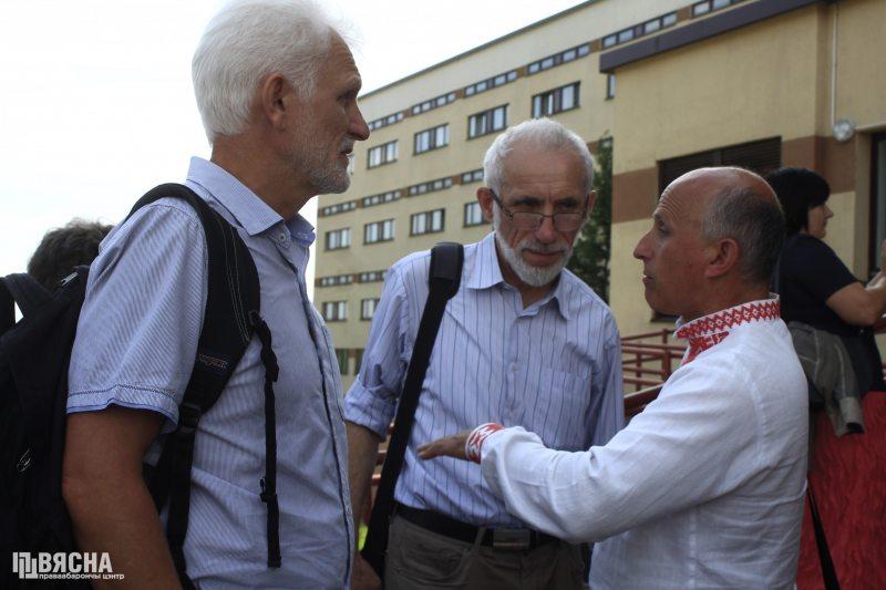 Алесь Бяляцкі, Барыс Бухель і Ігар Комлік пад час судовага працэсу па