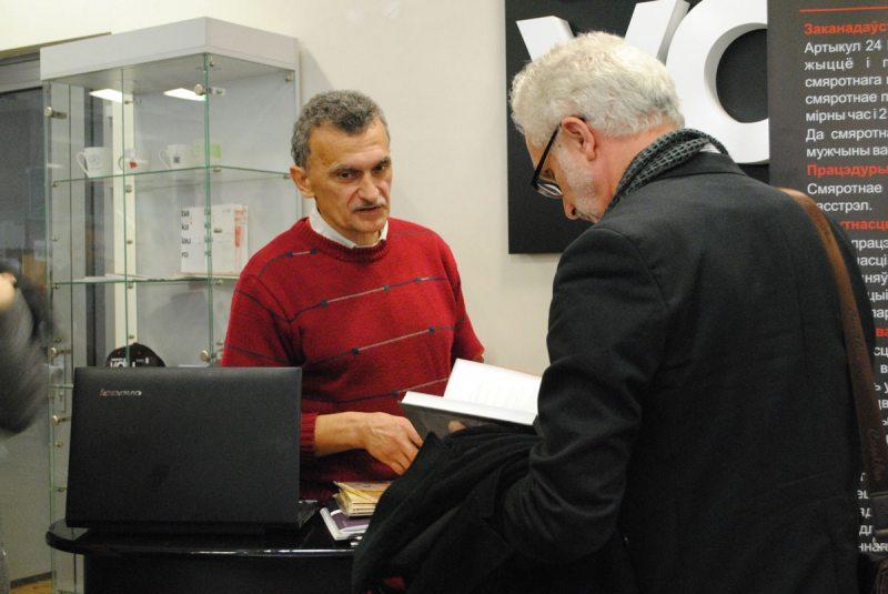 Сергей Сыс во время презентации изданий на тему смертной казни в Ковно.