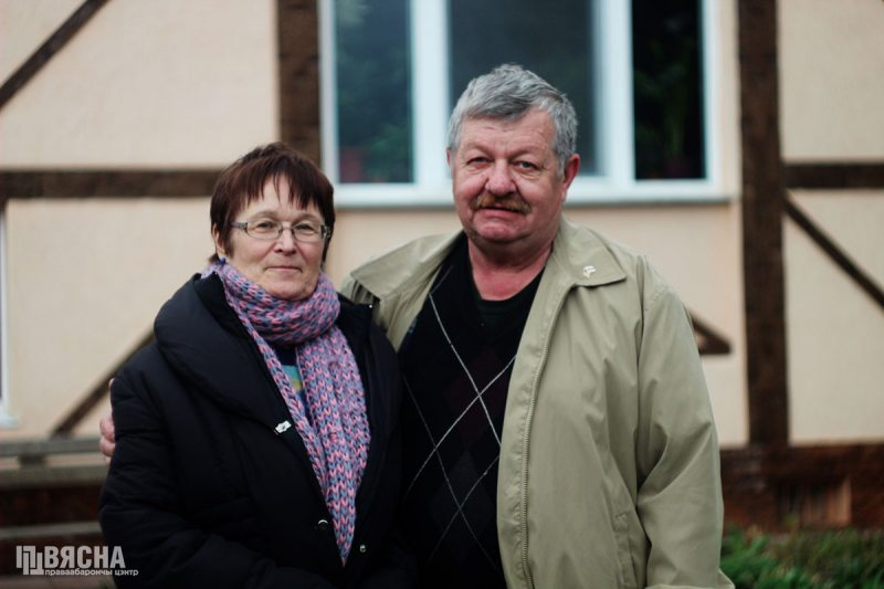 Татьяна Протько с мужем возле своего дома