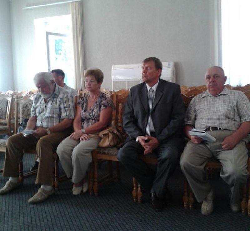 Мозырь. Кандидат в депутаты Николай Рассоха (второй слева).