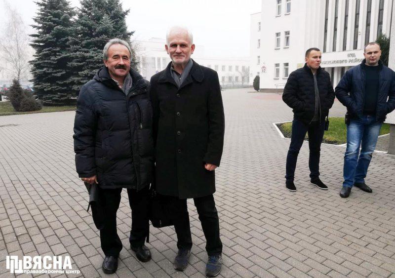 Генадзь Фядыніч і Алесь Бяляцкі пад пільным вокам аператыўнікаў.