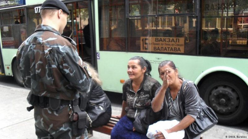 Police profiling Roma women in the streets of Homieĺ. Photo: Deutsche Welle