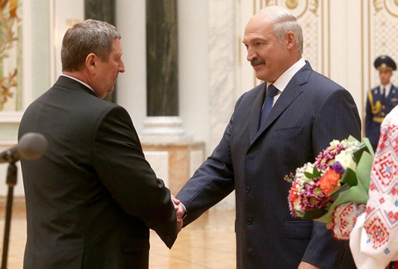 Лукашэнка ўзнагароджвае Русага Ордэнам Пашаны, 2016 год. Фота: president.gov.by