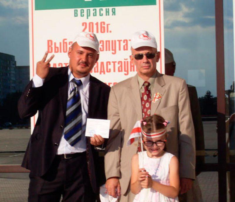 Салігорск. Аляксандр Малочка (злева) з сябрамі свайго перадвыбарчага штабу адразу пасля рэгістрацыі кандыдатам.