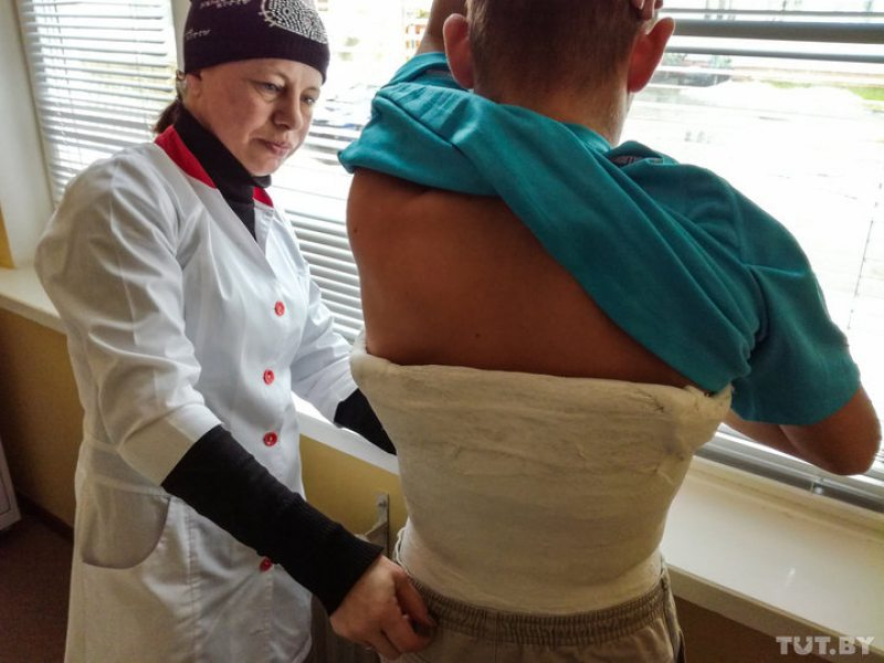 16-летний Андрей (на фото он с матерью) оказался в больнице с переломом позвоночника