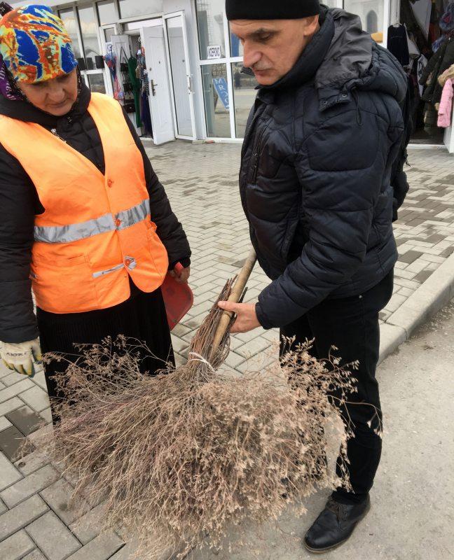 sjarzhuk-sys-na-vulicy-u-szali-razmaulja