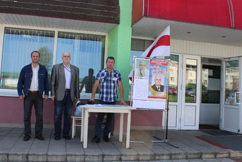 """Агитационный пикет в поддержку Ивана Шеги возле магазина """"Верасок"""" в Слониме."""