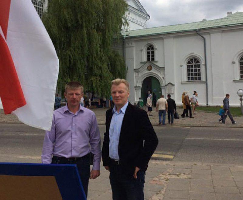 Жыровічы. Віталь Рымашэўскі і Алесь Масюк падчас збору подпісаў