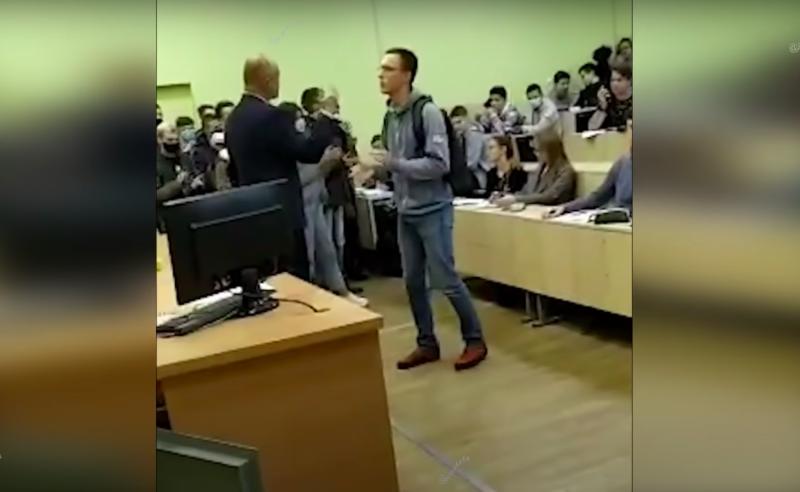 Студэнт Арцём Вінакураў і дэкан Леанід Шылін 26 кастрычніка ў аўдыторыі БДУІР