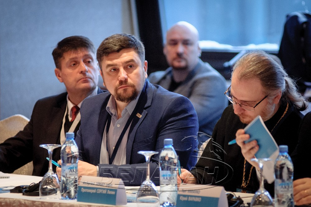 Andrei Paluda (center) during a conference on the death penalty in Minsk. 13 December 2016. Photo: belapan.by