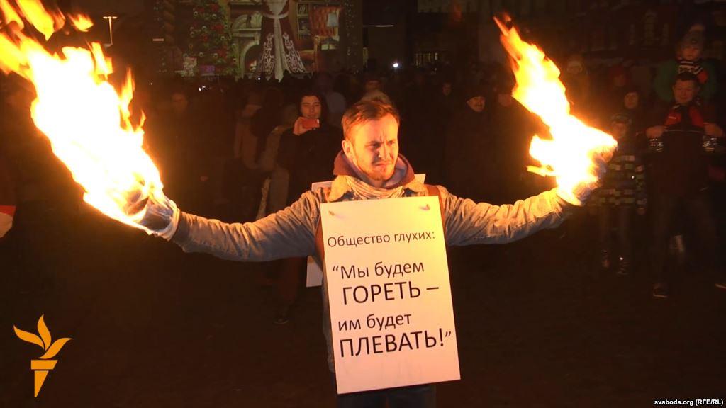 Поджегшего свои руки активиста оштрафовали на 20 базовых