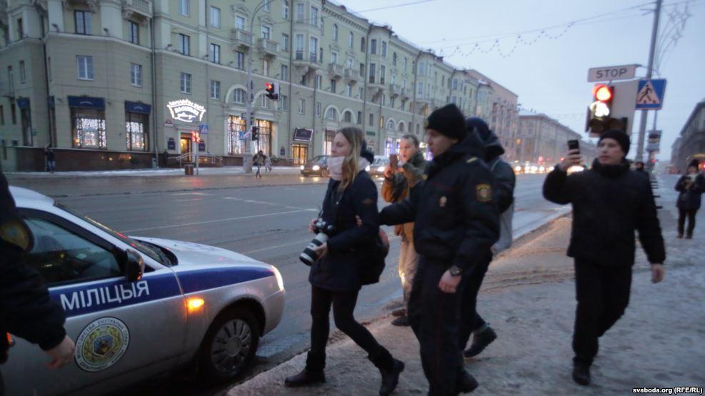 Вцентре Минска вывесили 25 бело-красно-белых флагов