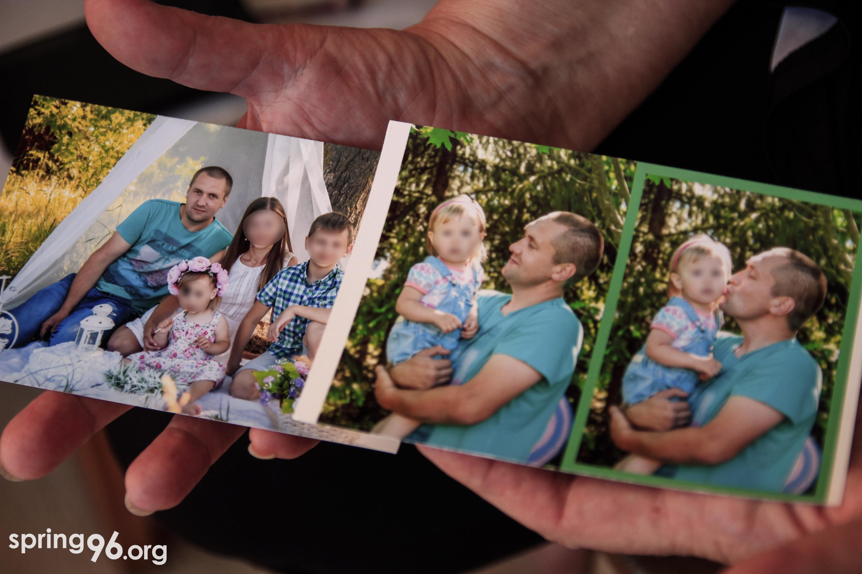 Мать Александра Арановича показывает фотографии семьи. Фото: spring96.org