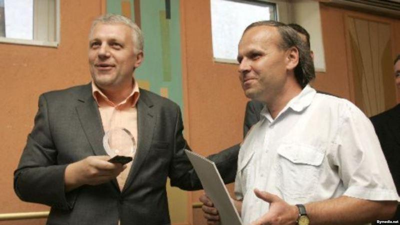 Генадзь Барбарыч (справа) атрымлівае прэмію імя Зьмітра Завадзкага за 2007 год