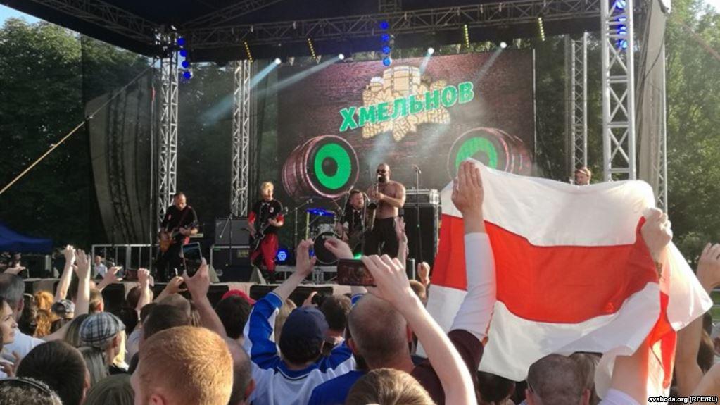 Двоих белорусов будут судить за негосударственные флаги