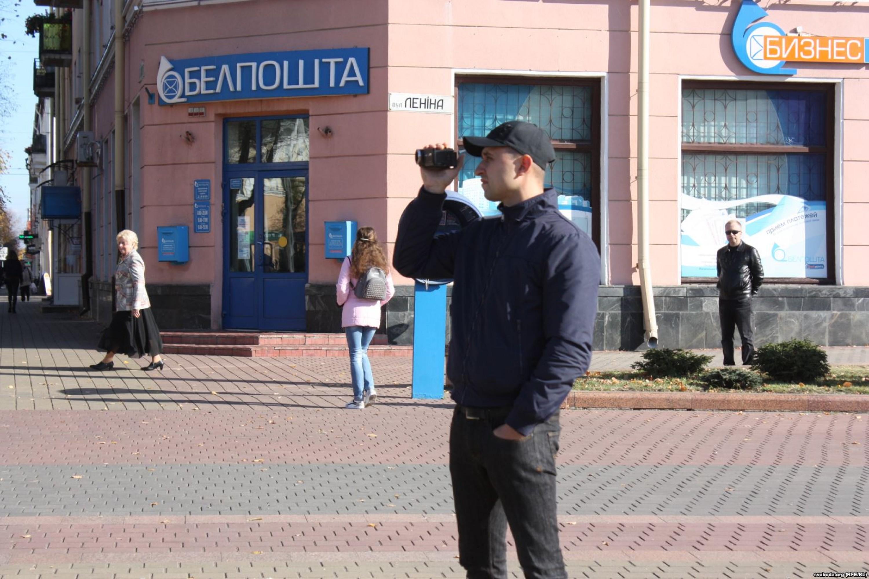 Супрацоўнік міліцыі здымае мірны сход грамадзян у Берасці. Фота: Радыё Свабода.