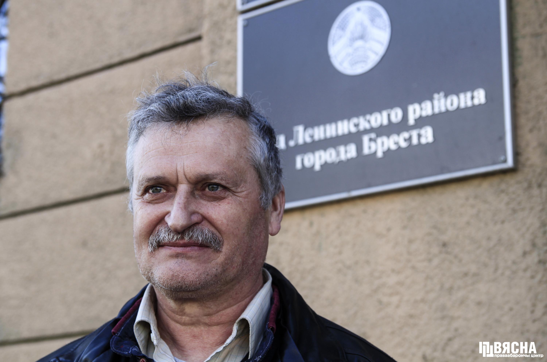 Владимир Величкин возле суда Ленинского района г. Бреста, где часто осуществляет мониторинг судебных процессов над Брестские активисты. Фото: ПЦ