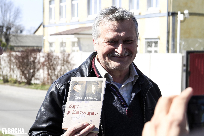 Правозащитник Владимир Величкин под стенами Ленинского РУВД г. Бреста. Фото: ПЦ
