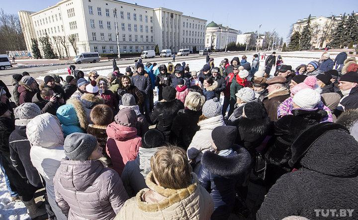 Кожную нядзелю праціўнікі будаўніцтва пад Брэстам акумулятарнага завода сустракаюцца на плошчы Леніна