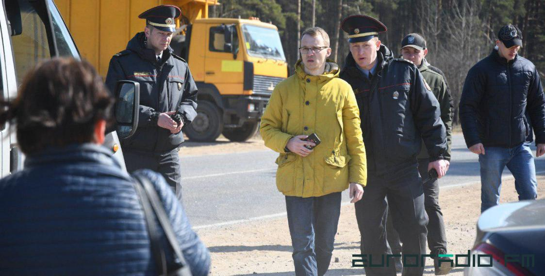 Opposition leader Zmitser Dashkevich detained by police near Kurapaty memorial. April 4, 2019. Photo: euroradio.fm
