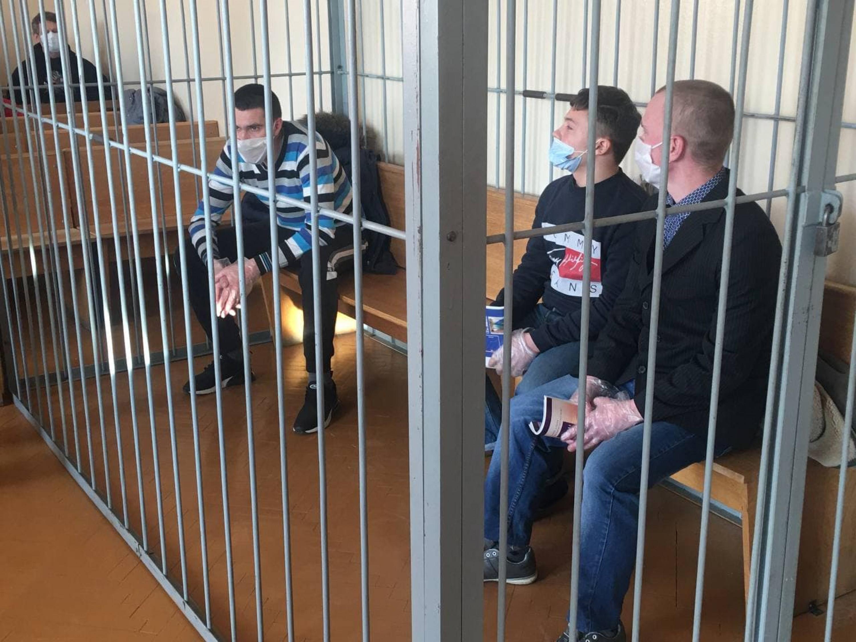 Леанід Кавалёў, Мікіта Залатароў і Дзмітрый Карнееў у судзе. Фота Гомельскай Вясны