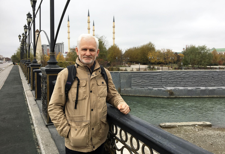 Алесь Бяляцкі на мосце над Сунжой у Грозным