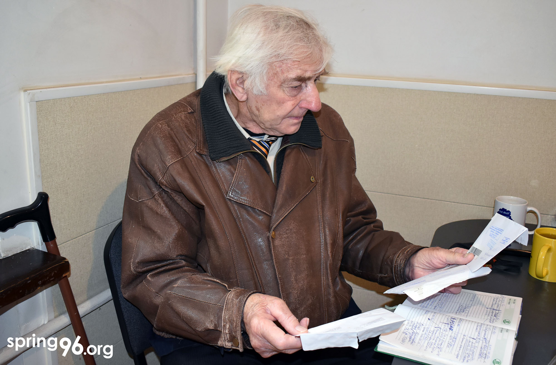 Ян Грыб разбірае стосы дасланых дакументаў