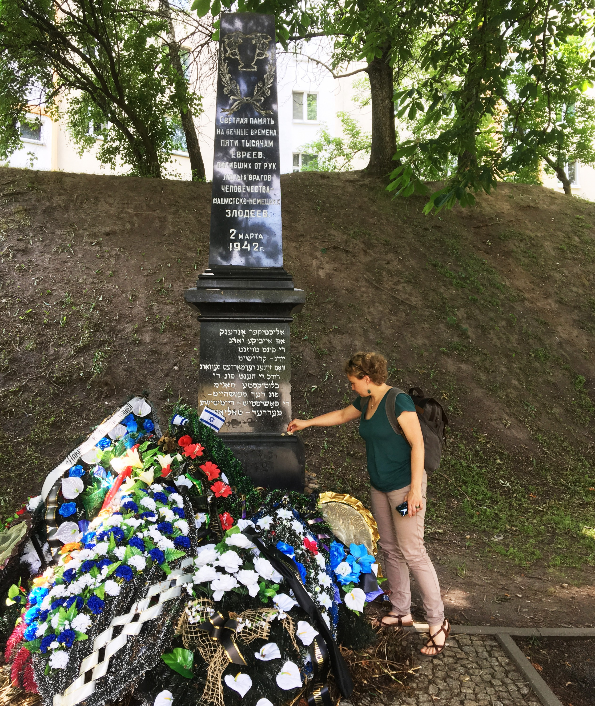 Саша Кулаева падчас місіі ў Беларусь у мемарыяла