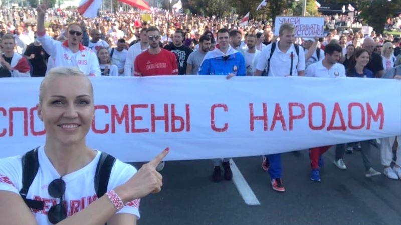 Алена Леўчанка на акцыі пратэсту ў Мінску. Фота з сацсетак