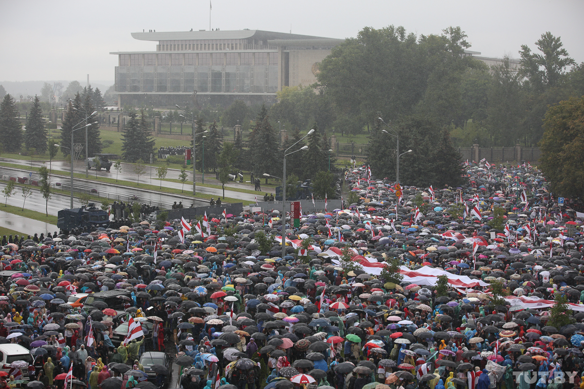 Protesters confront riot police outside the Palace of Independence, President Lukashenka's residence in Minsk. September 6, 2020. Photo: tut.by