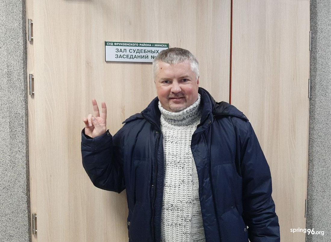 Мікалай Маслоўскі ў будынку суда.