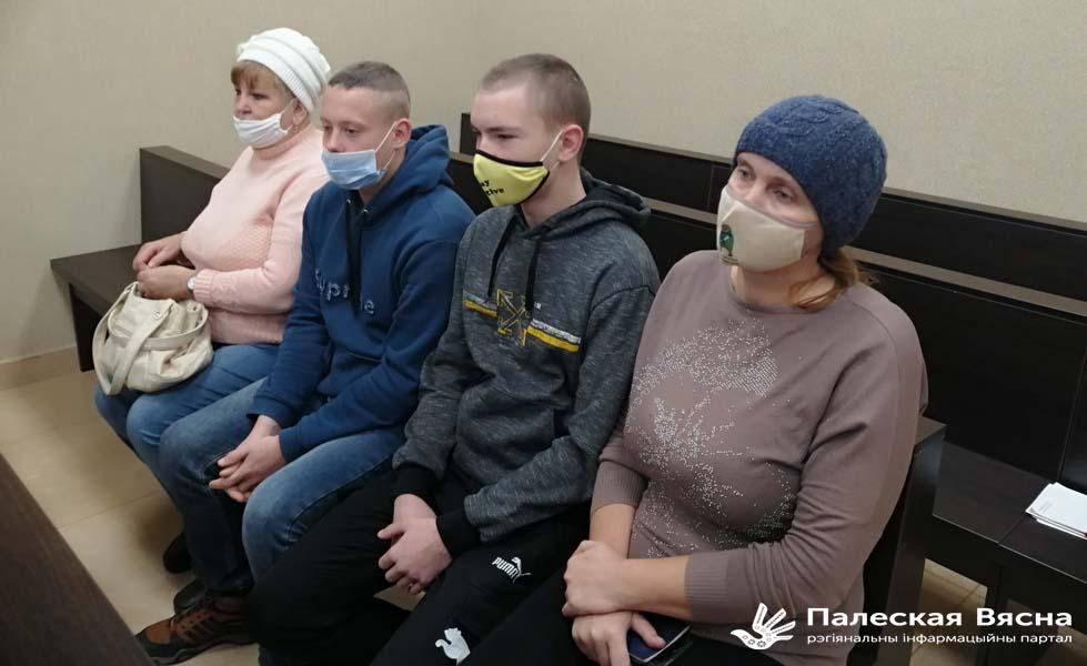 Юрый Мельчанка і Сяргей Лягун з законнымі прадстаўнікамі ў судзе.