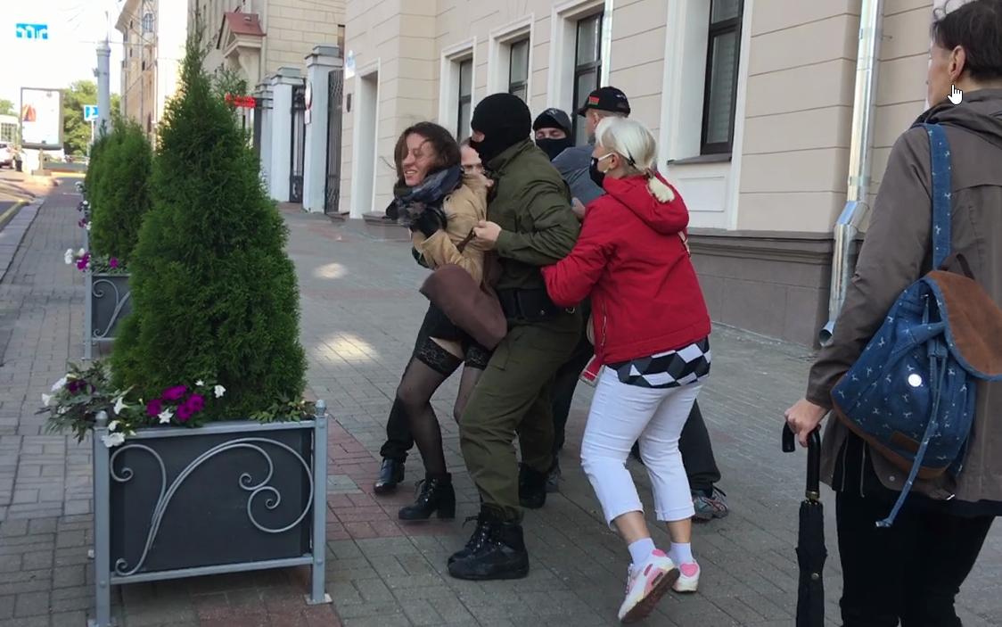 Затрыманні каля Мінскага абласнога суда. Скрыншот з відэа