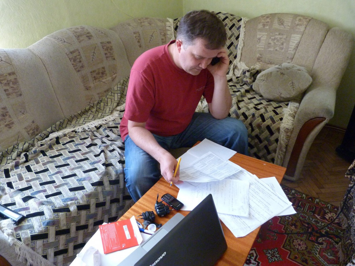 Aliaksei Kolchyn answering people's calls on the hotline