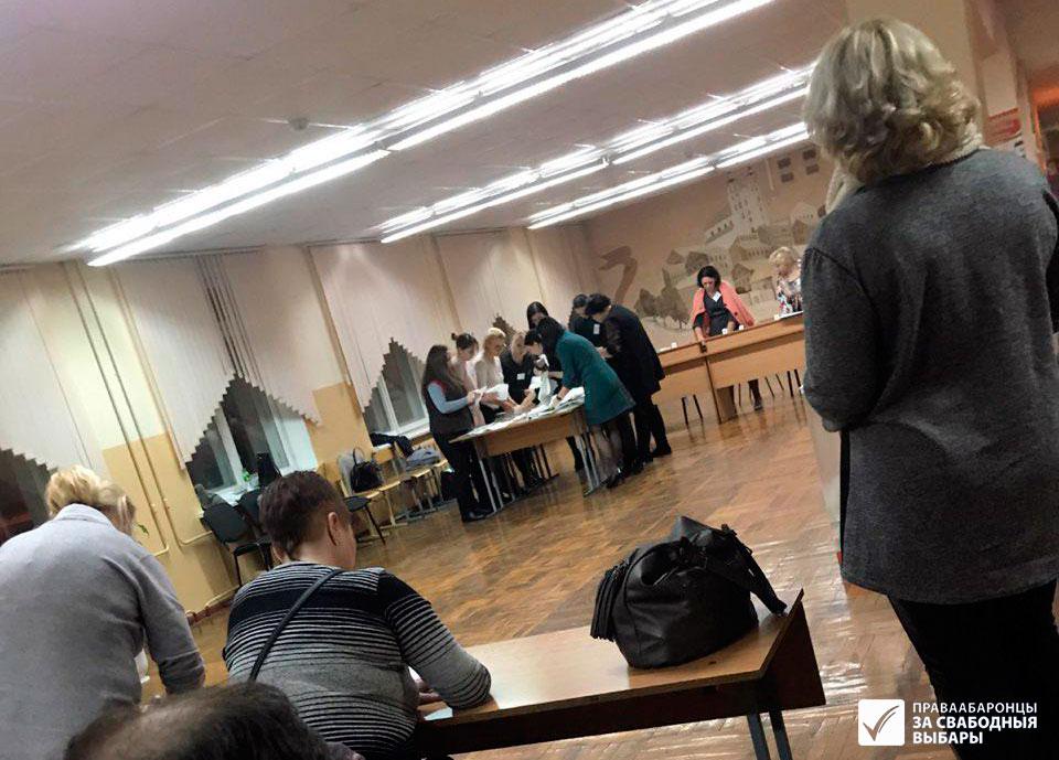 Падлік галасоў на выбарчым участку ў Мінску.