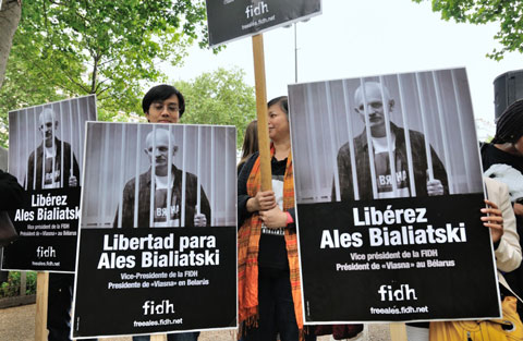 A rally staged by FIDH in Paris to demand the release of Ales Bialiatski. May 11, 2012.